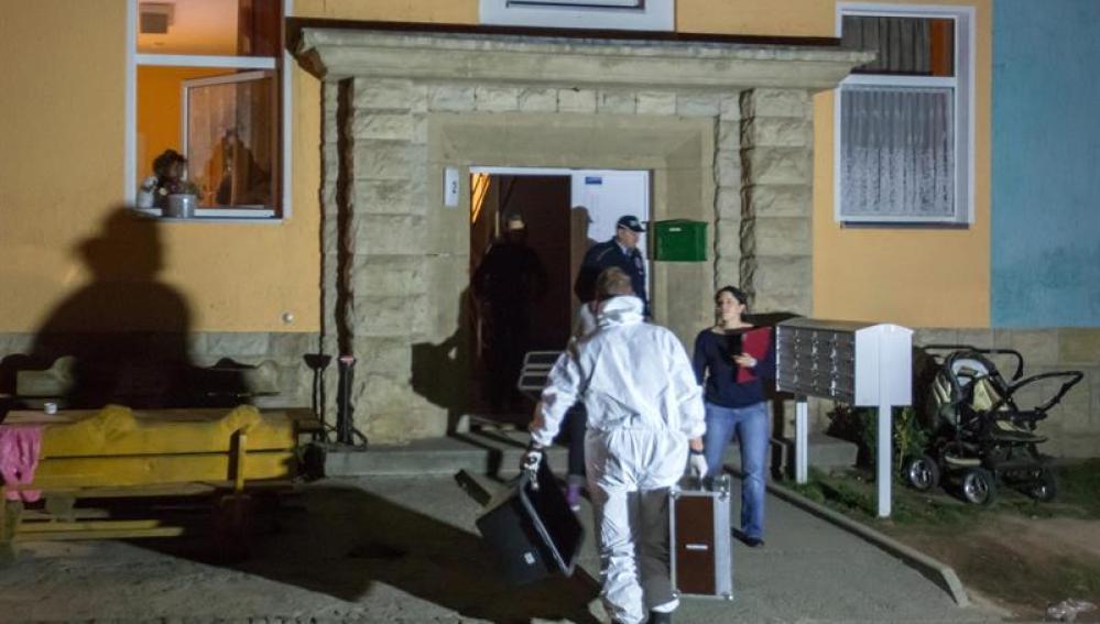 Policías alemanes investigando las causas del incendio en el albergue de refugiados