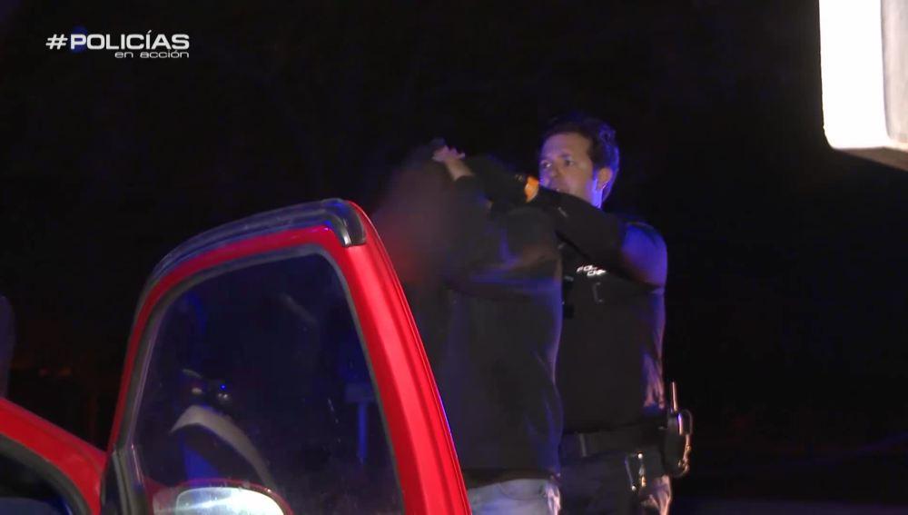 Los Policías en acción actúan ante un vehículo muy sospechoso que circula en dirección contraria
