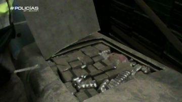 Los agentes de Policías en acción registran un almacén de distribución de hachís