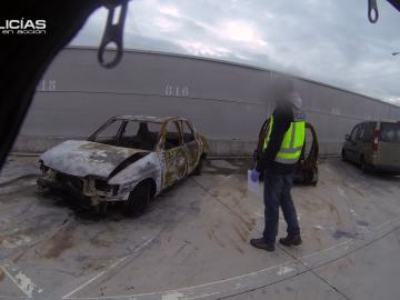 La Policía investiga un coche quemado para identificar las causas
