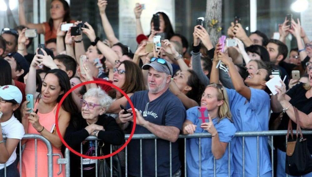 La fotografía de una anciana 'disfrutando del momento' se extiende por las redes sociales