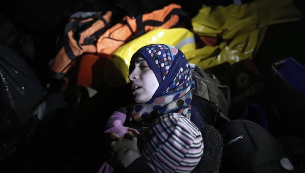 Una mujer siria sostiene a su bebé en Lesbos