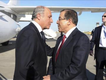 El ministro de Asuntos Exteriores, Mongi Hamdi, saluda a su homólogo francés, Laurent Fabius en Túnez
