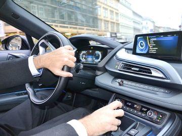 Hay coches de gama alta que ya incorporan cámaras o sensores que ayudan a frenar automáticamente