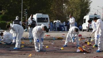 Un equipo de forenses trabaja en la zona de la explosión en Ankara