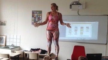 La profesora llevaba un traje que mostraba la anatomía interna del cuerpo humano