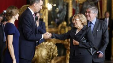 Manuela Carmena es recibida por el rey en el Palacio Real