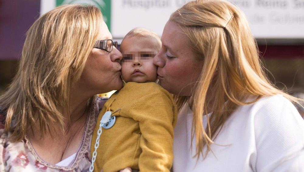 Abuela e hija celebran la recuperación del bebé