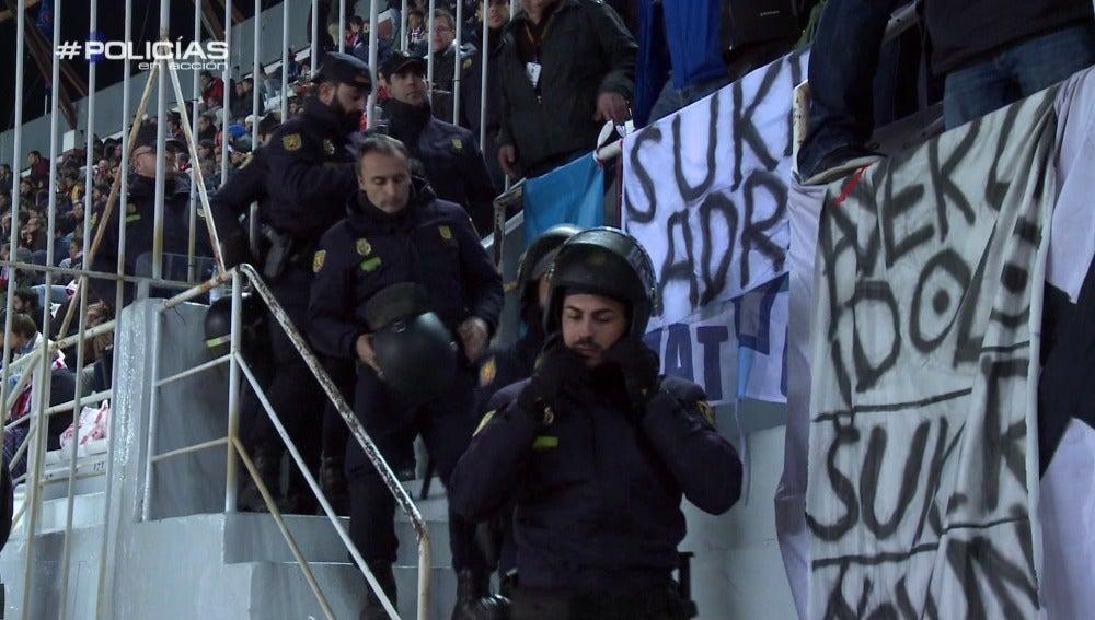 Dentro del estadio de fútbol, la Policía controla toda la seguridad con cámaras