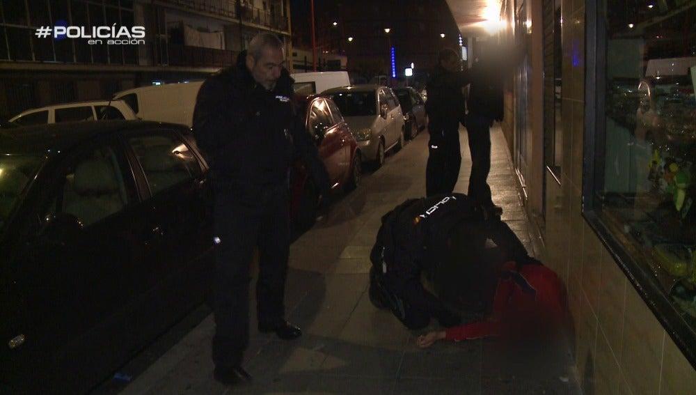 Los agentes intervienen una pelea en plena calle