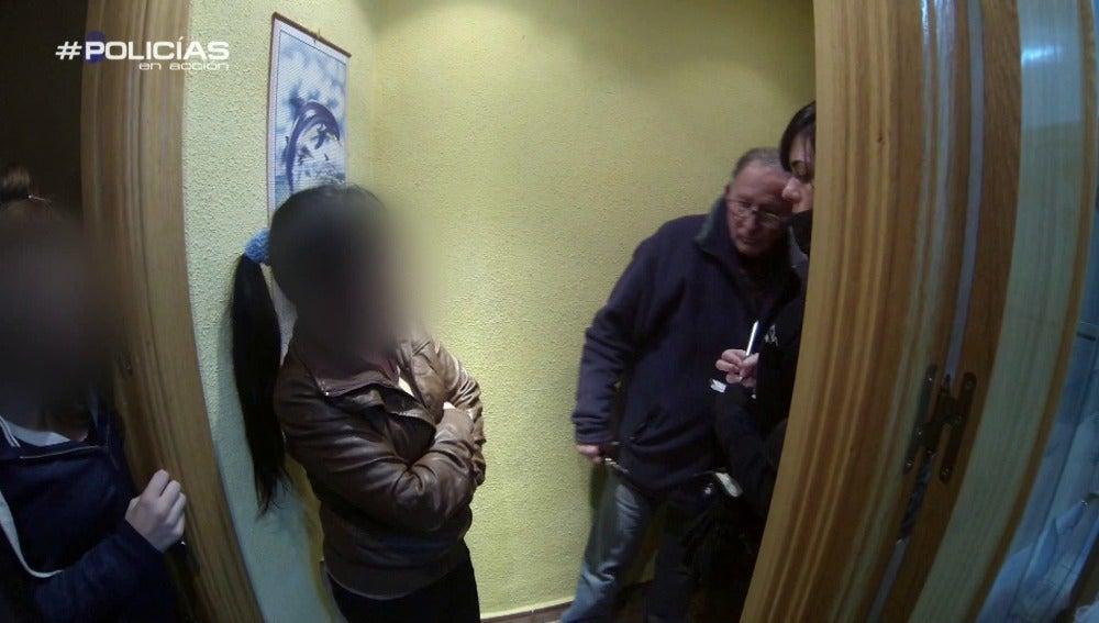 Un hombre visita su propia casa con ocupas para arreglar la situación
