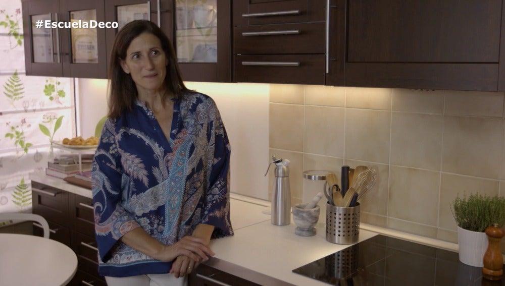 Carmen, muy contenta con su nueva cocina