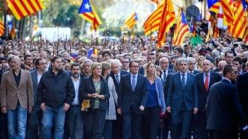 Artur Mas, acompañado por miles de personas a su llegada al TSJC