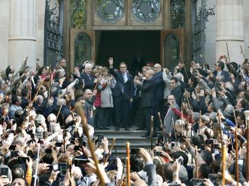 Artur Mas saluda a la salida de su declaración del Palacio de Justicia