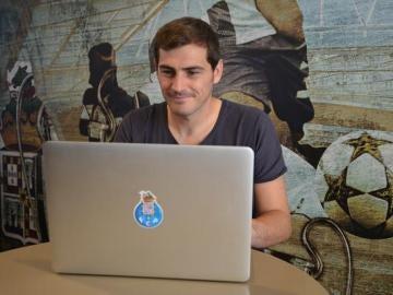 Iker Casillas, contestando a las preguntas de los aficionados del Oporto