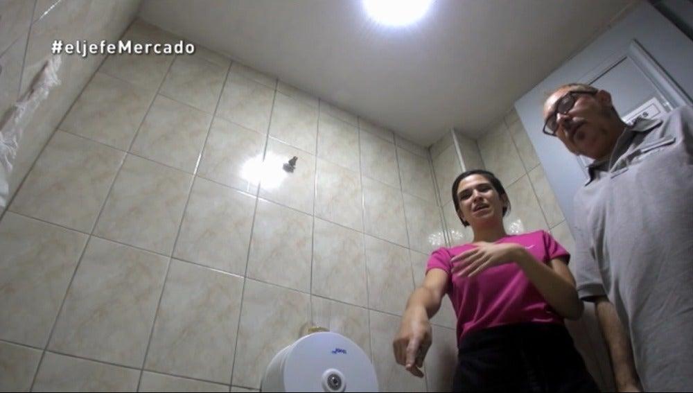 El Jefe Infiltrado tiene que encargarse del baño de un local