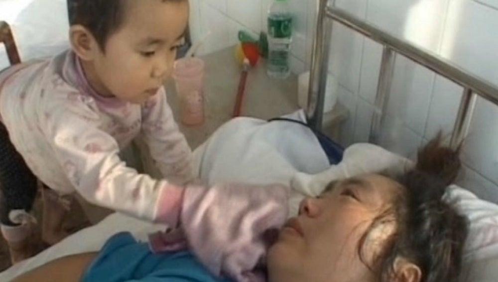 Niña china cuida de su madre