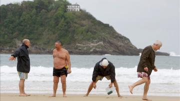 Un grupo de jubilados del Imserso disfrutra de la playa de la Concha de San Sebastián