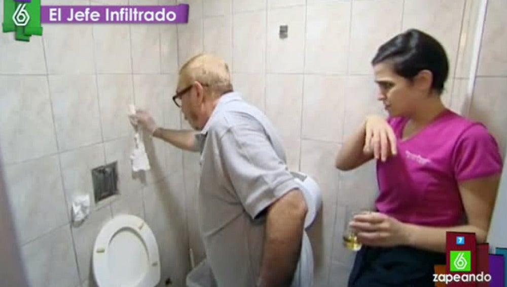 El Jefe Infiltrado de Mercado Provenzal limpiando un baño de su franquicia