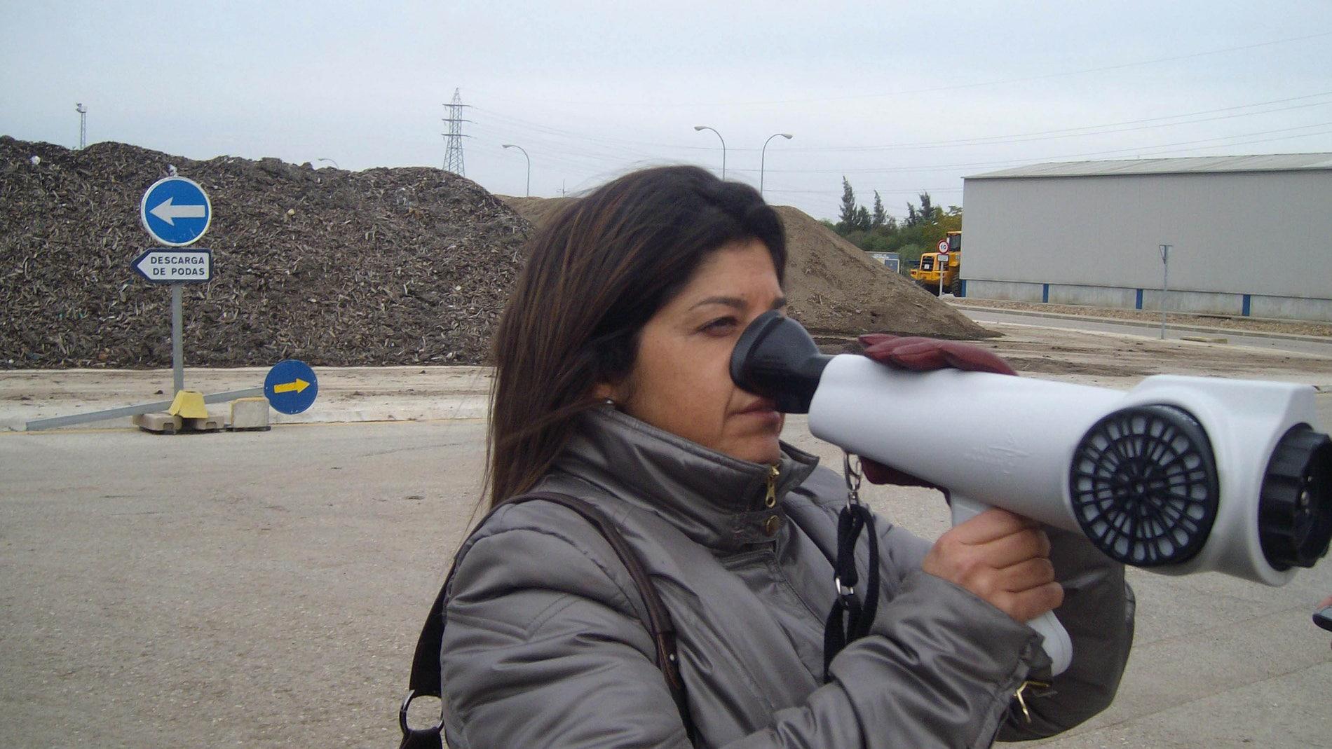 Investigadora con olfatómetro / Fundació