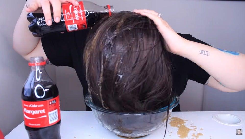 """Usar refrescos como champú para lavarse el pelo: un nuevo """"truco"""" de belleza viral"""