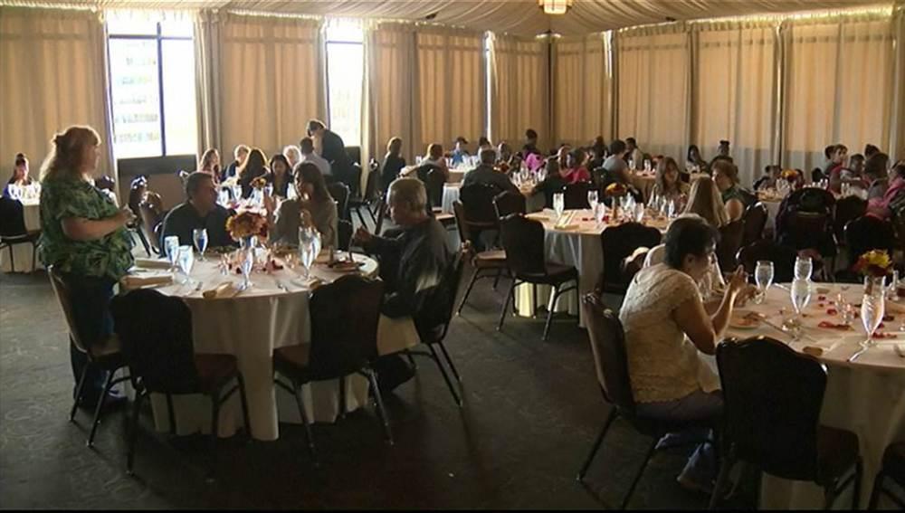 Personas sin hogar disfrutando de un banquete nupcial en Sacramento.