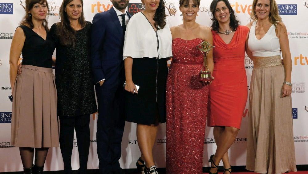 Miembros del equipo del programa 'laSexta Noticias' posan con el galardón al 'Mejor programa informativo'