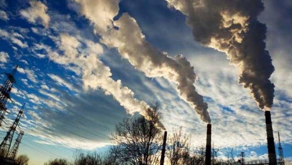 Chimeneas emitiendo gases