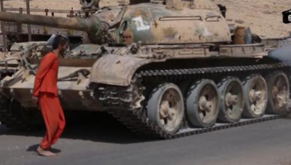 Momento del vídeo en el que el tanque se acerca al prisionero