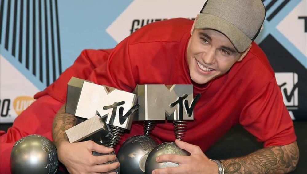 El cantante canadiense Justin Bieber con sus galardones