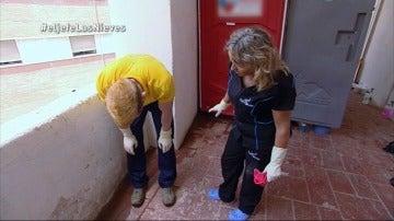 El Jefe Infiltrado se enfrenta a la limpieza de unos baños públicos