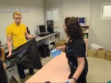 Alejandro acompaña a Mari Cruz y Pepi en una oficina