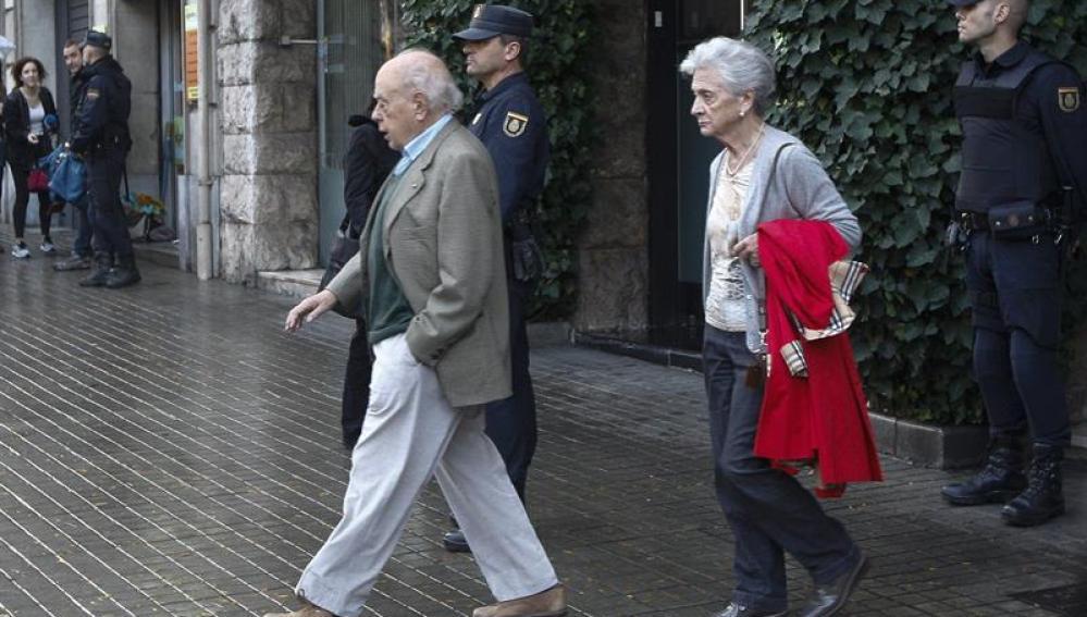 Jordi Pujol y Marta Ferrusola abandonan su domicilio durante el registro