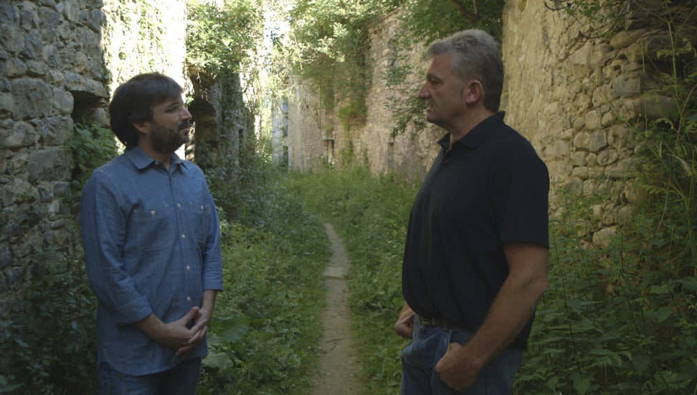 Jordi Évole, junto a Toni Garcés, un vecino de Jánovas