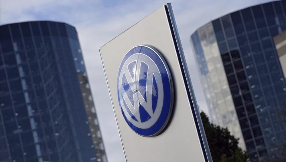El logotipo de Volkswagen en la ciudad del automóvil en Wolfsburgo