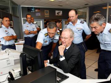 El ministro de Defensa en el centro coordinador de salvamento de Gando