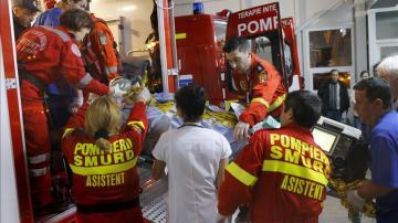 Los servicios de rescate rumanos trasladan a una persona en una ambulancia tras resultar herida