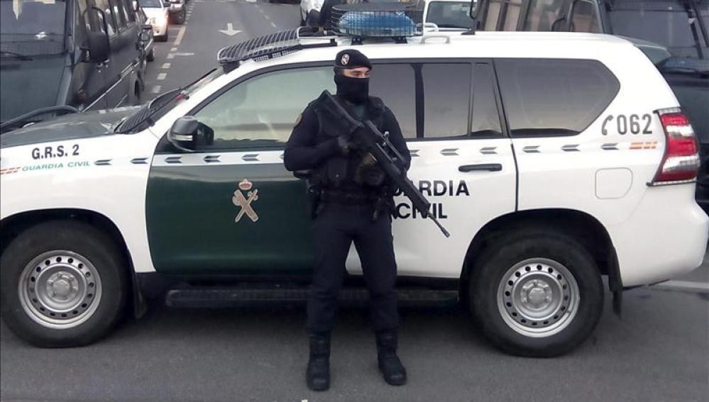Un agente de la Guardia Civil durante una operación en Barcelona
