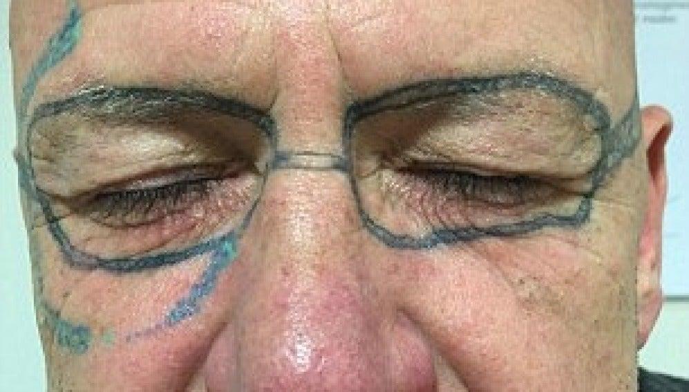 Se tatúa unas gafas de sol en la cara después de una borrachera