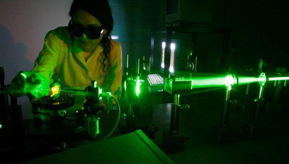 Miembro del equipo de investigación probando el láser
