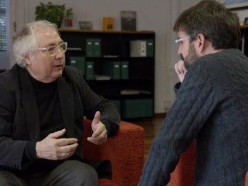 El catedrático Manuel Castells, junto a Jordi Évole, en Salvados