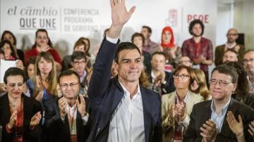 l líder del PSOE, Pedro Sánchez, saluda tras intervenir en la sede del partido