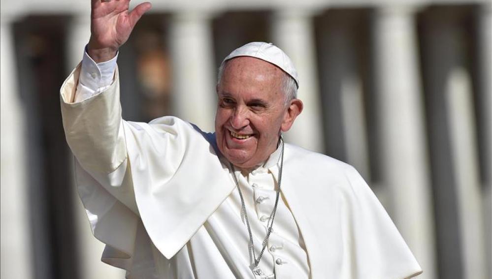 El papa Francisco saluda en la plaza de San PedroEl papa Francisco saluda en la plaza de San Pedro