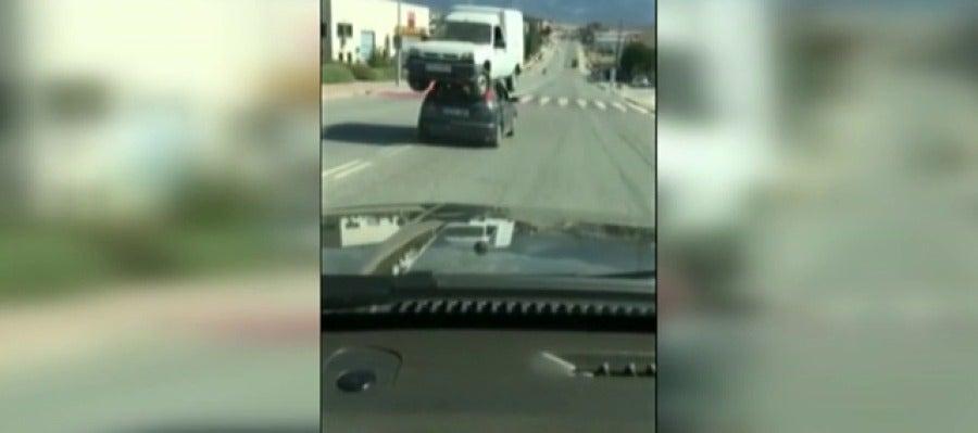 Buscan al dueño del coche que circulaba por Segovia con una furgoneta sobre el techo