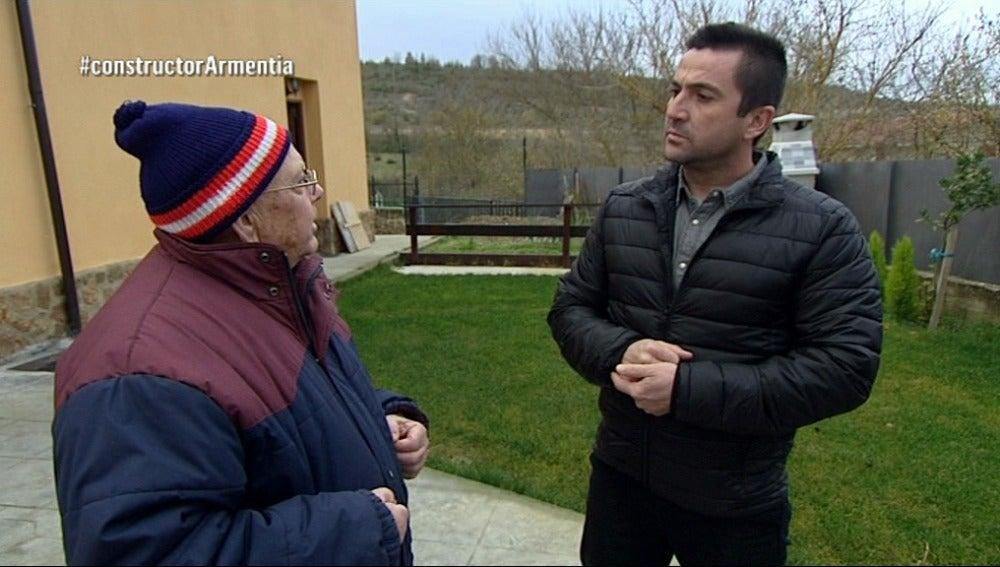 Gaspar, un vecino también afectado, habla con Antonio sobre la personalidad de Igor