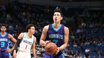 Jeremy Lin se prepara para lanzar un tiro libre ante los Timberwolves