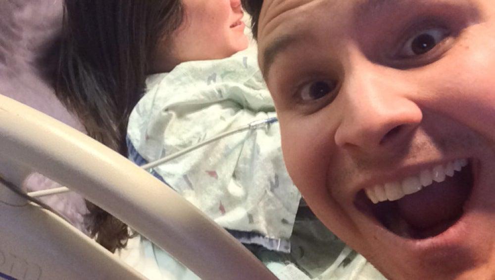 Selfie de un hombre con su mujer dando a luz
