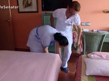Gema, la camarera de piso del Senator, con El Jefe Infiltrado