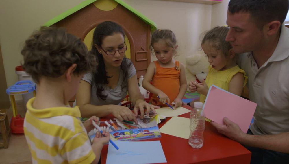 La Escuela de decoración ayuda a unos padres con trillizos