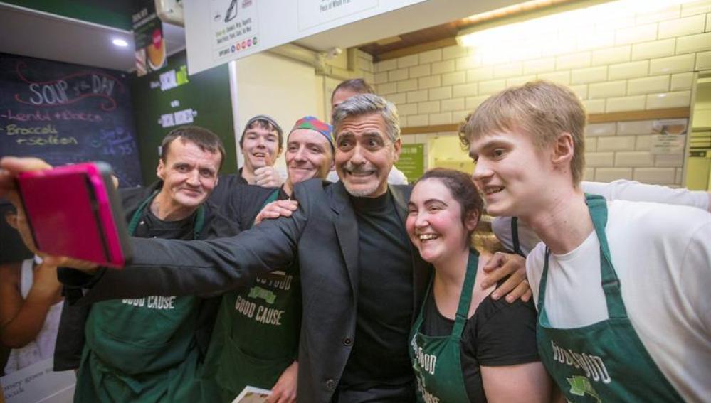 George Clooney desata la locura en un café social de Edimburgo